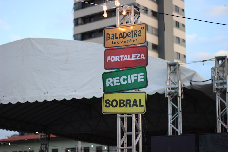 penteadeira_amarela_la_fora_food_park_sanduiche_placas