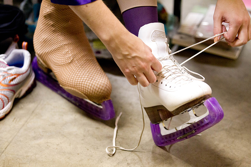 Performer lacing up her saktes