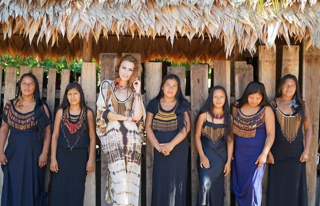 Chiara Gadaleta e as índias Wai Wai do projeto Kaapu