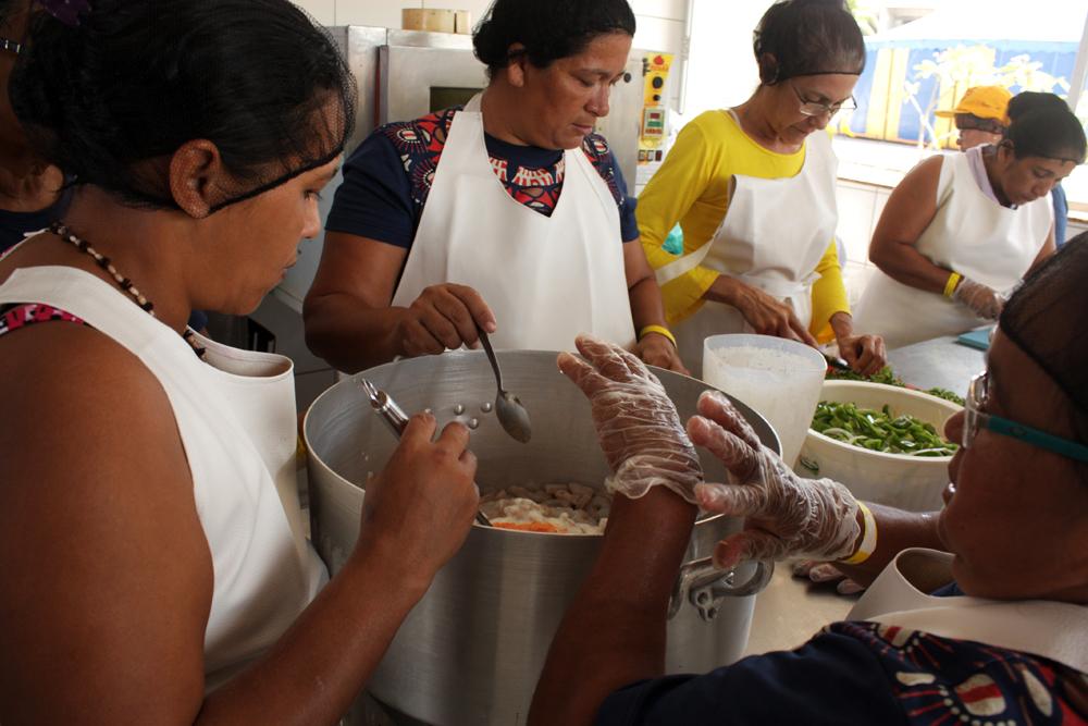 Cristina (no centro) e as alunas com a mão na massa