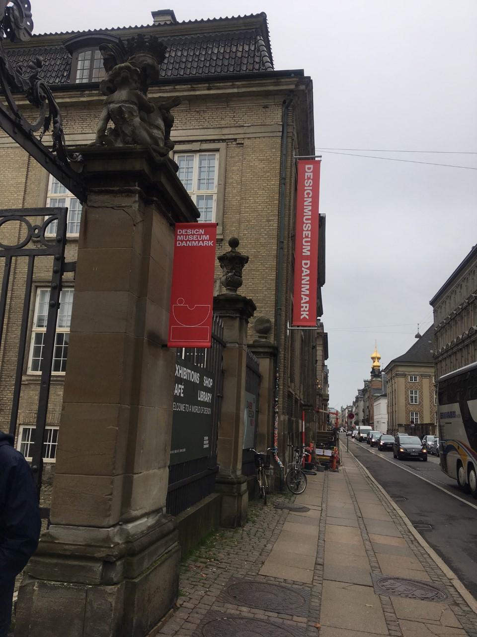 Passeando pela rua Bredgade você dá de cara com o museu do Design Dinamarquês.