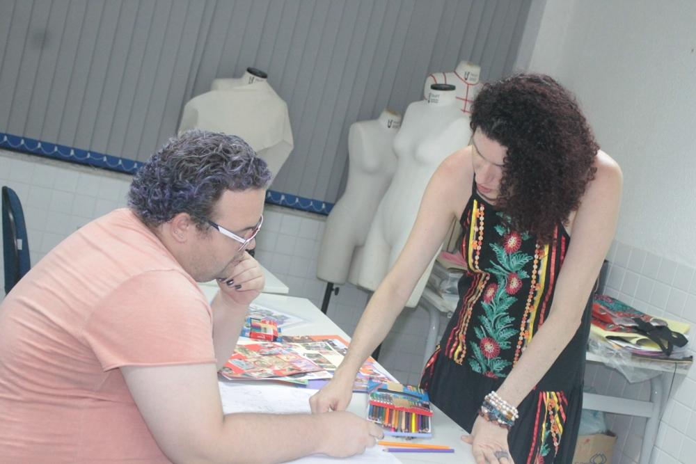 Consultora Janaína Ribeiro e Adolfo Ivo desenvolvendo a estampa