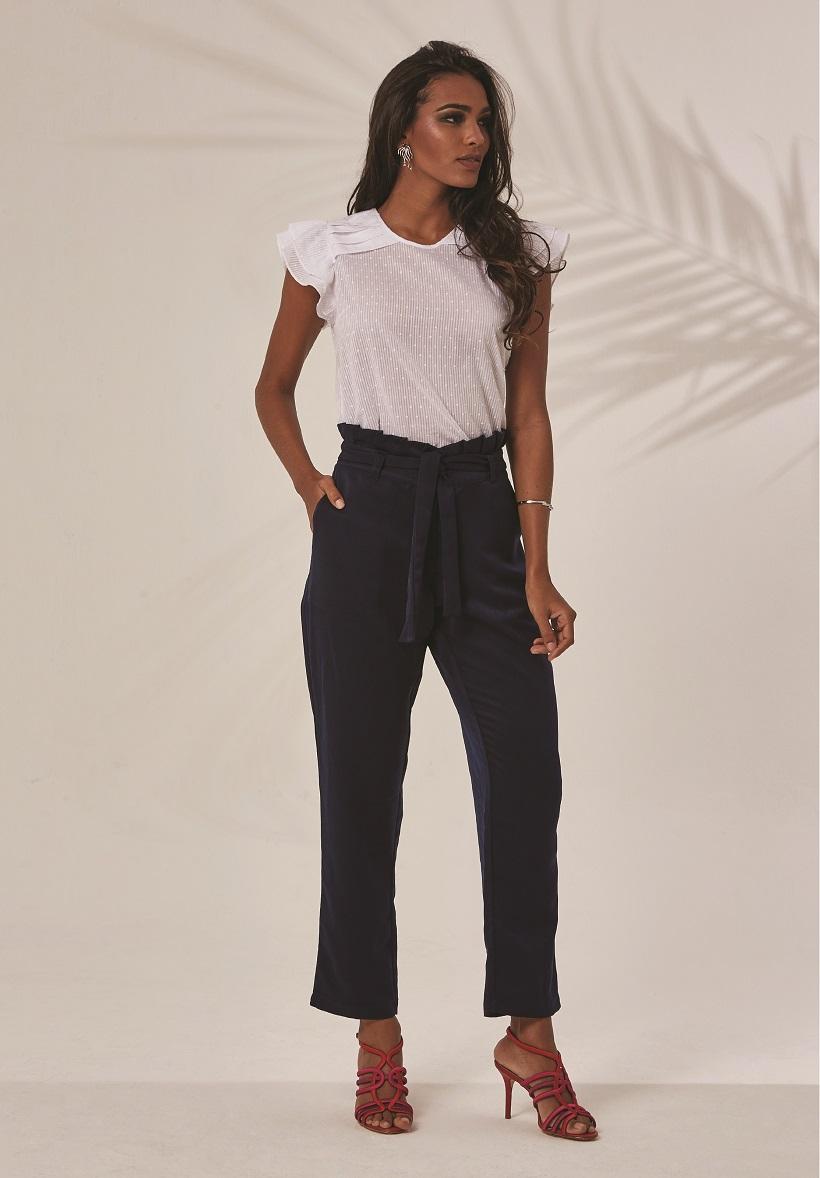 Calça com modelagem linda e tecido que parece de camurça, mas é de algodão. A blusa, puro romantismo <3