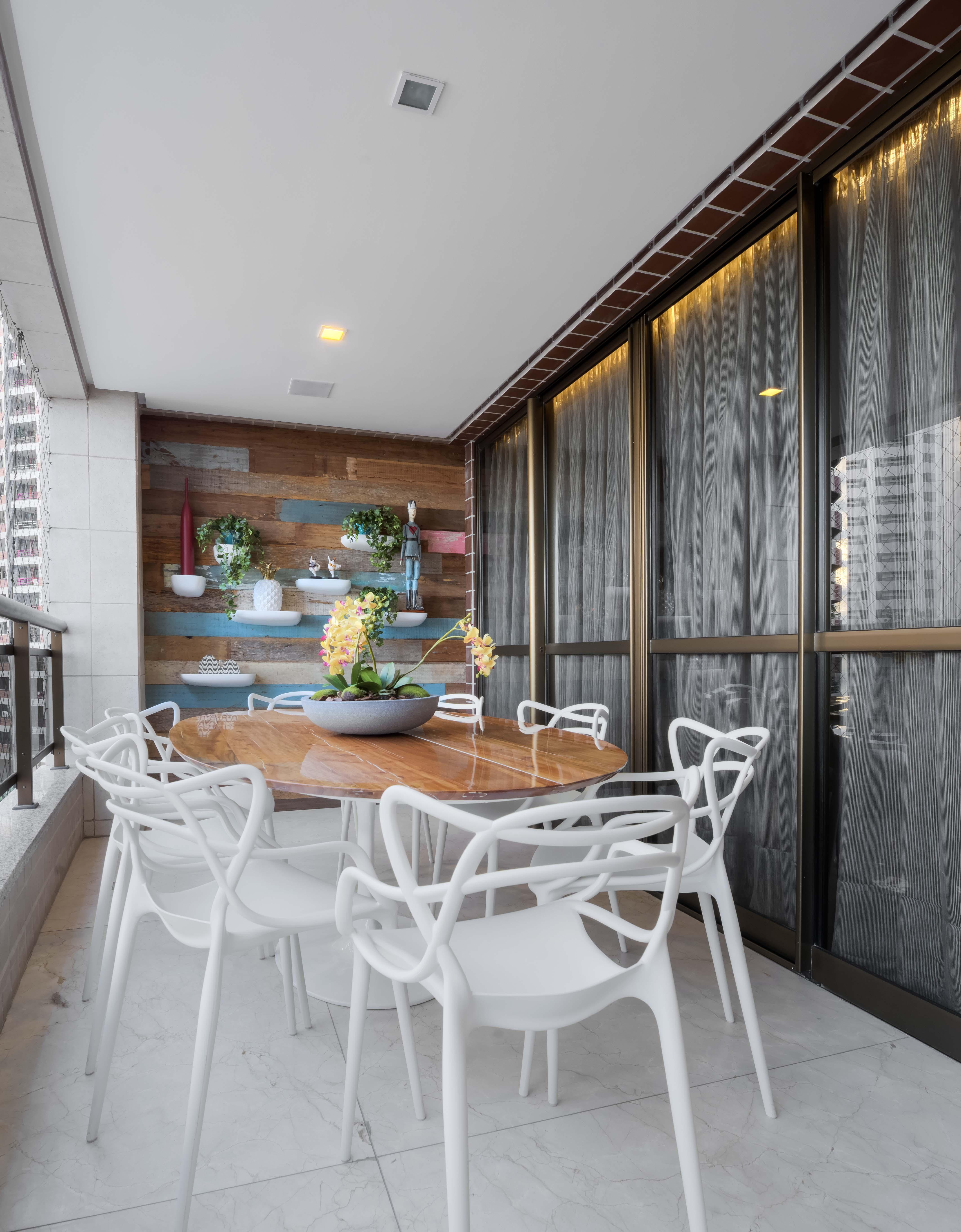 Varanda com prateleiras com plantinhas. Projeto Nogueira Arquitetura.