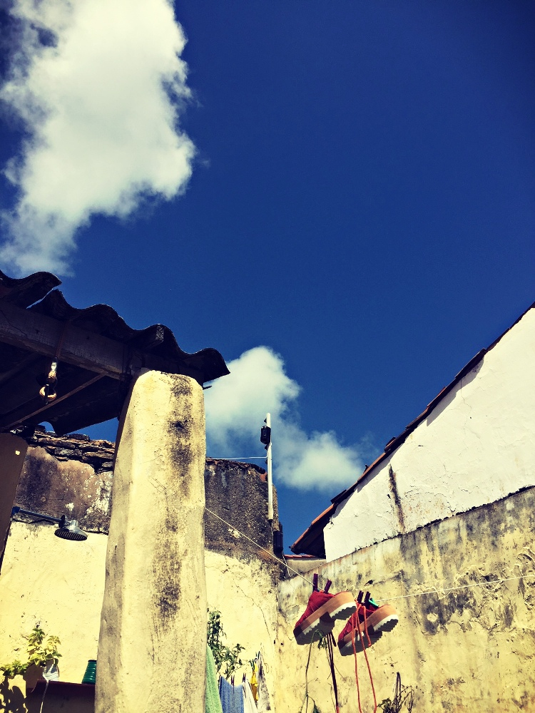 Saaptinhos no varal secando ao sol e ao vento, no atelier/casa da Olga Mora do Borandá Calçados Artesanais