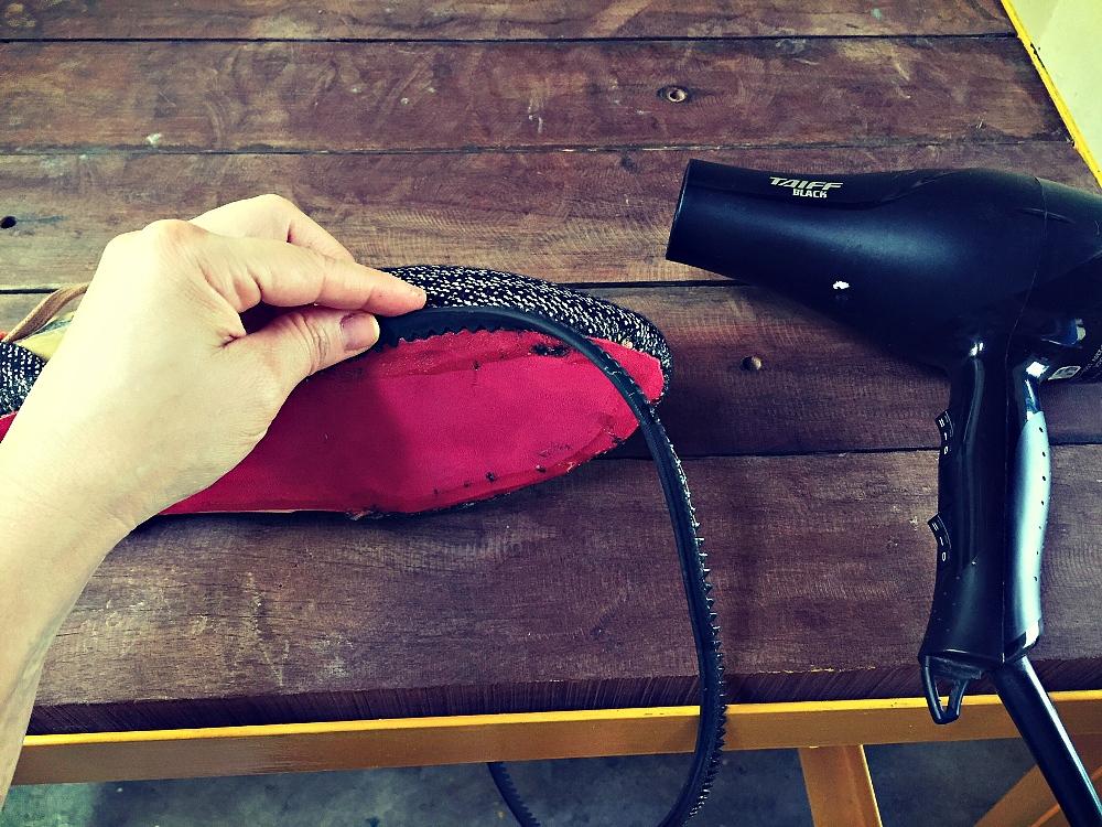 Colocação do vira com cola que precisa ser aquecida com o secador
