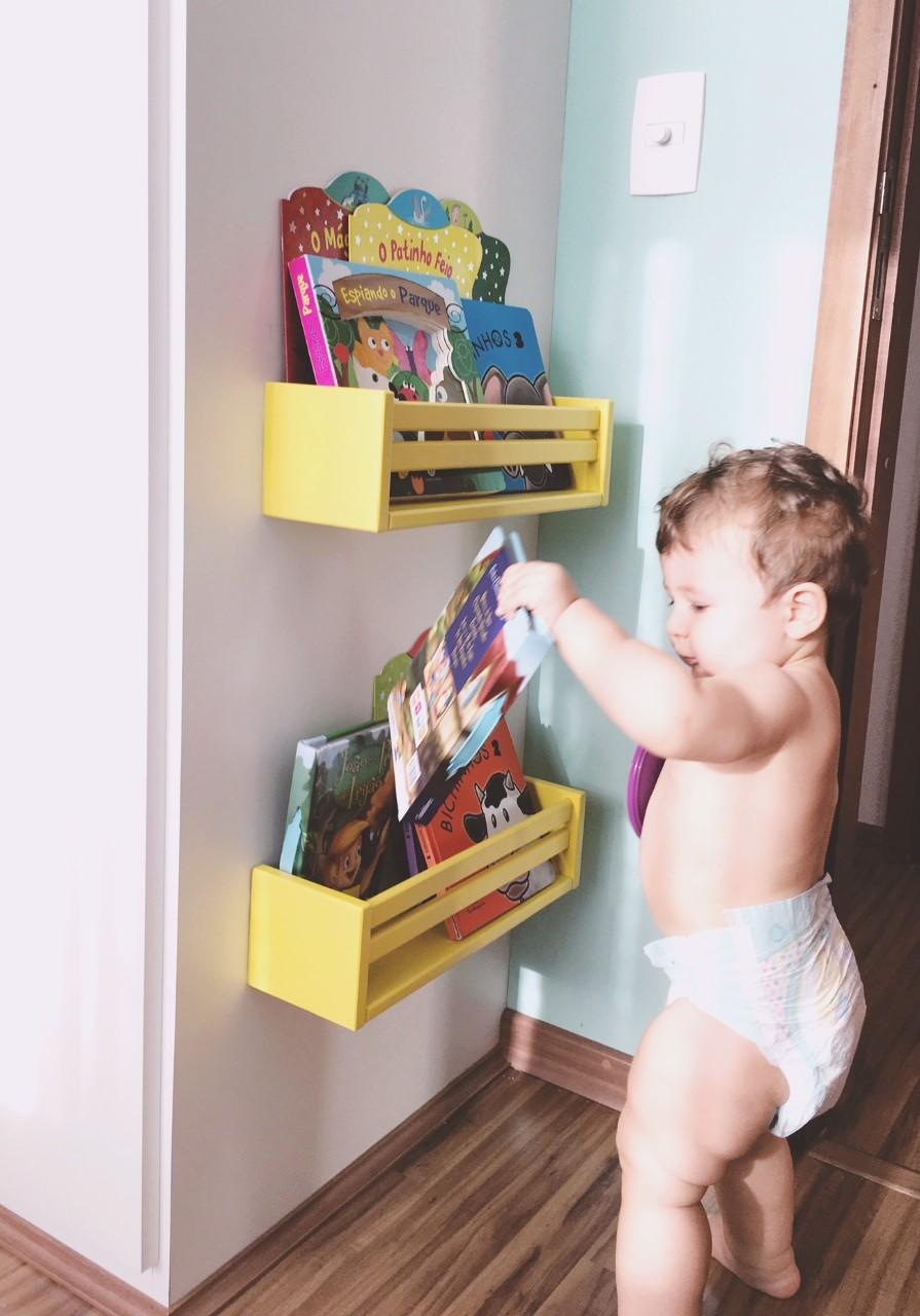 Oscar escolhendo um livro.