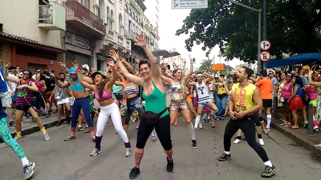 Se quiser levar o alongamento pra rua, vai de ginástica anos 80! Na foto o bloco Bunytos de Corpo
