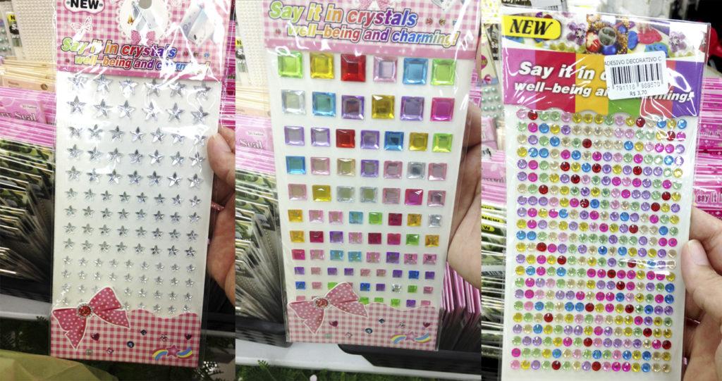Tem stickers de várias formas, entre R$ 3 e R$ 7