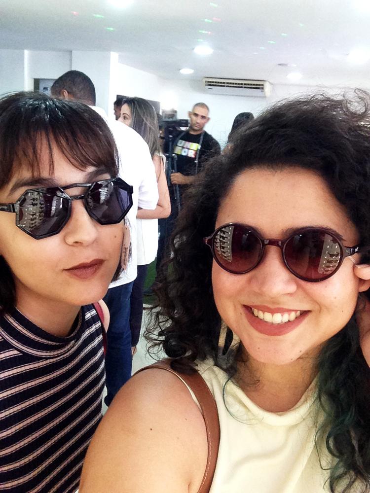 493cbd265c326 Marília usa óculos da coleção infantil e eu da coleção da Larissa Manoela