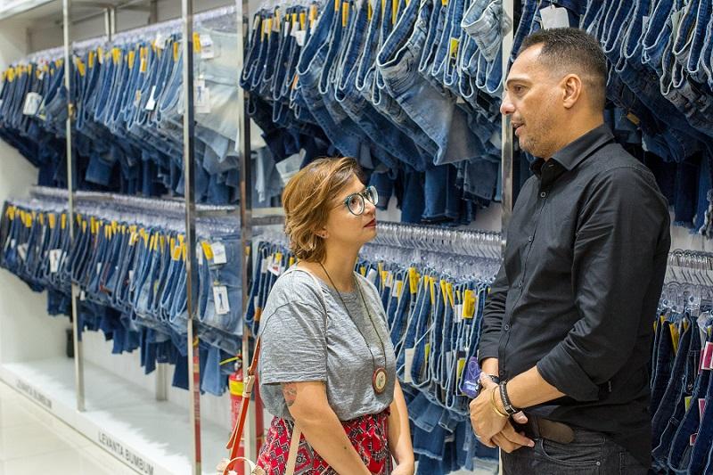 Laris conversando com o diretor da Sawary no Brasil, Tony El Khory,