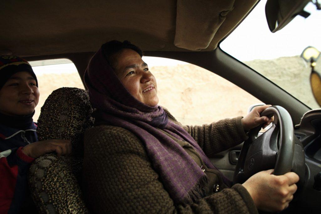Sara Bayli primeira taxista mulher do Afeganistão