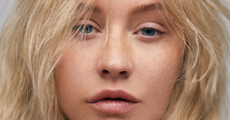 Christina Aguilera jurando estar sem maquiagem e sem retoques aos 38 anos