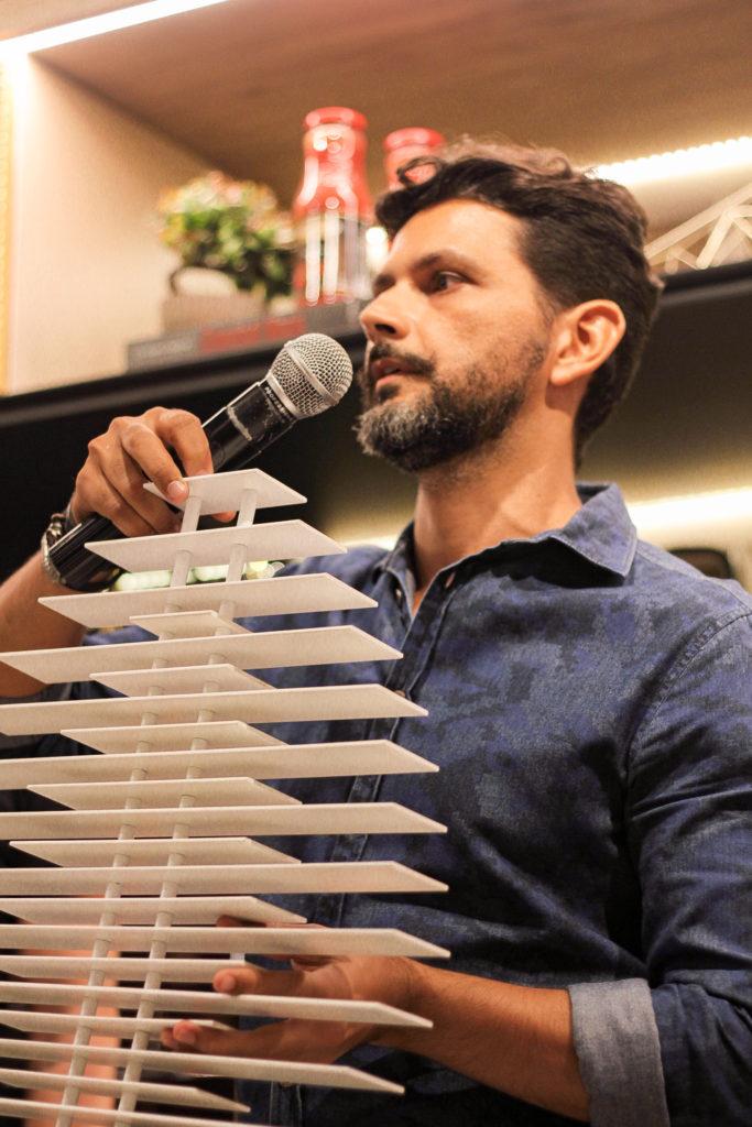 Érico Gondim e a peça que criou, uma luminária a partir de persianas