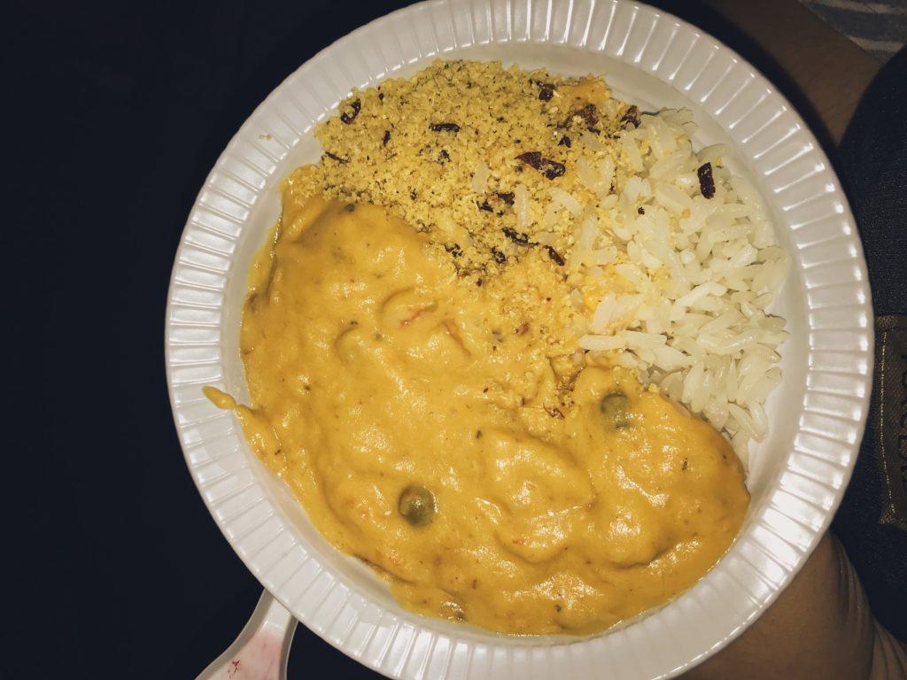 Pratinho de creme de camarão, arroz branco e farofa