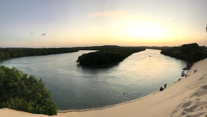 Pôr do sol nas dunas, com o rio abaixo. Foto: Vivi Sobral