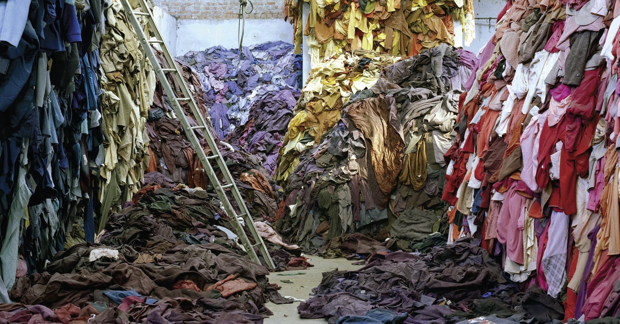 Descartes da industria têxtil na Índia que serão reciclados. Foto:Tim Mitchell