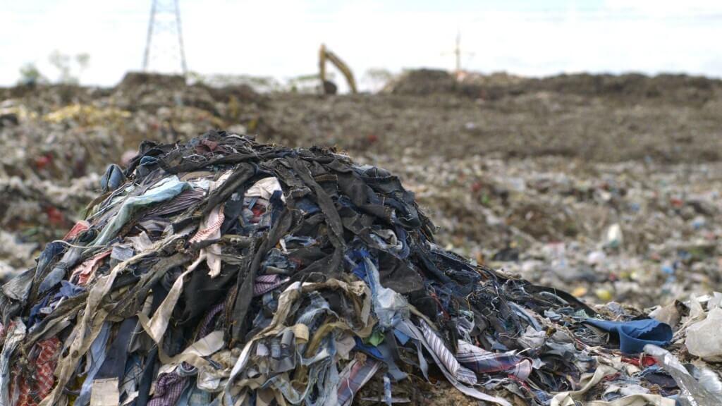 Resíduos têxteis em lixão no Canadá