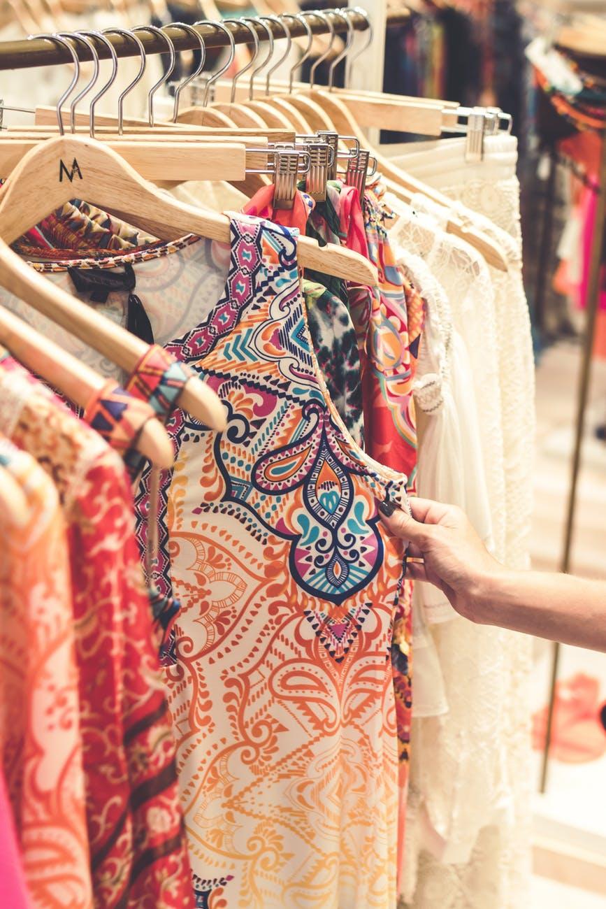 Pesquise, experimente e conheça a roupa antes de comprar.Foto: Pexels.com