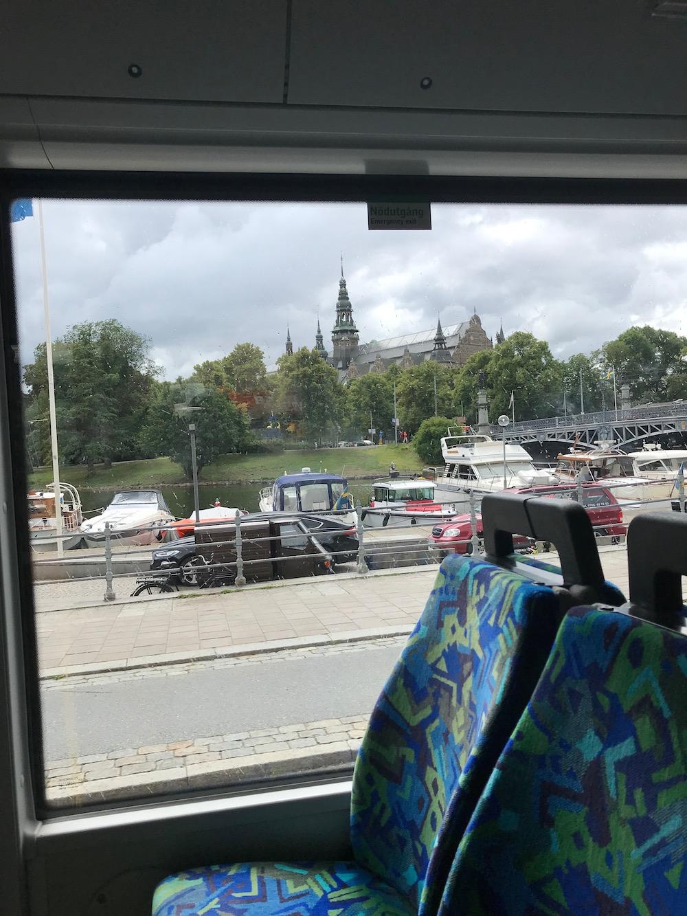 O ônibus para bem ao lado do Tekniska